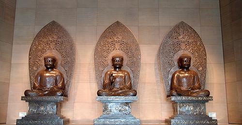 面對佛像由左至右依序為阿彌陀佛(西邊)、釋迦牟尼佛(中間)、藥師佛(東邊)
